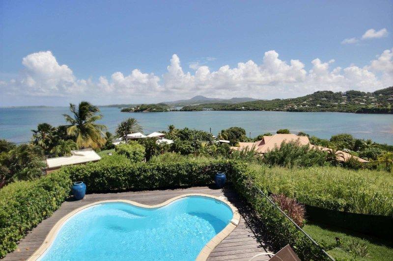 Bas de villa Gecko, 2 chambres, piscine, vue d'exception  îlets du François, location de vacances à Le Robert