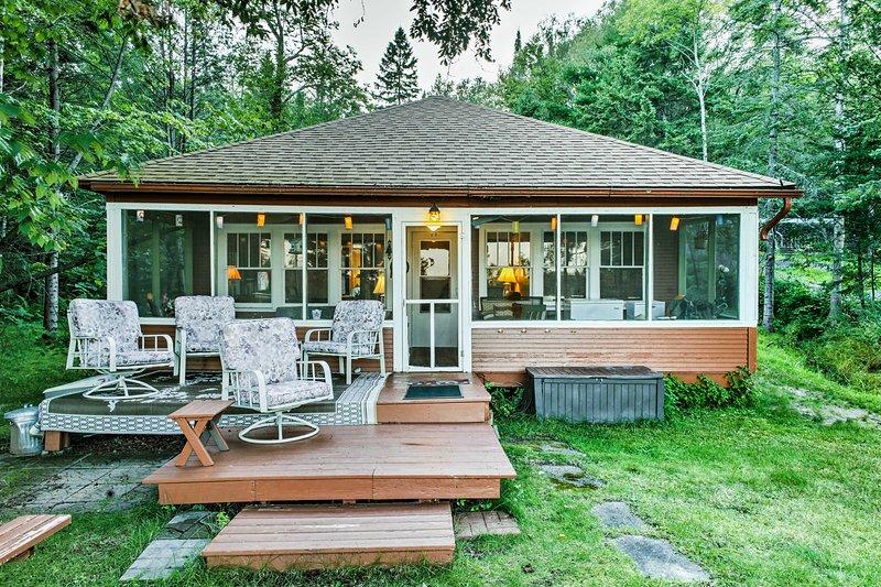 Samla din familj för en avkopplande sjö reträtt på detta 3-sovrum, 1-badrum Solon Springs semester stuga!
