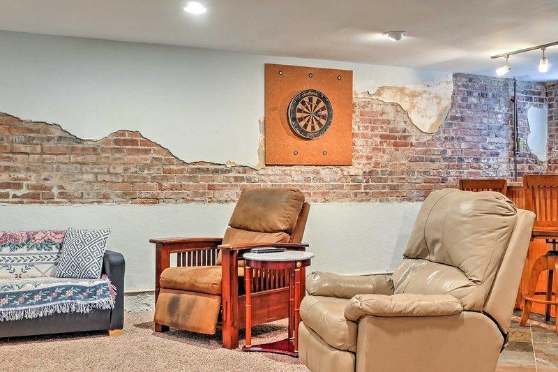 A sala de estar vem completo com mobiliário confortável.