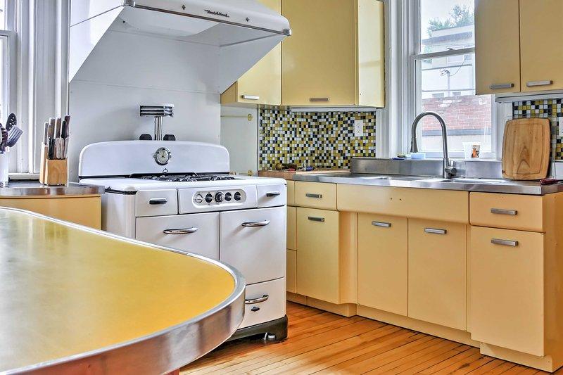 Fazer refeições deliciosas neste cozinha totalmente equipada com um fogão a gás vintage.
