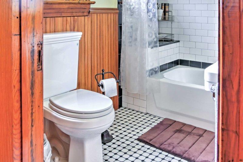 Esta casa de banho tem duche / banheira.