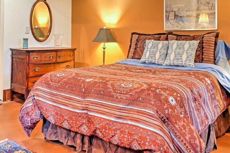 Enrolar-se na cama queen-size no quarto.