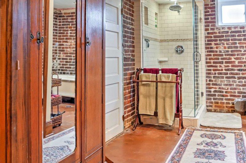 Esta casa de banho en-suite oferece uma cabine de duche e uma banheira com pés originais.