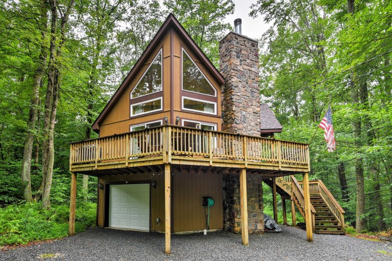 Enjoy the nearby lake and ski resort from this chalet in Pocono Lake!
