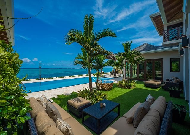 4-Bedroom Secluded Balinese Custom Home with Private Theatre, holiday rental in East End