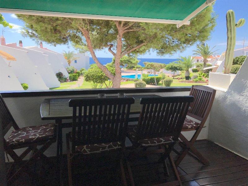 Vistas despejadas  al jardin, piscina, mar y faro desde la terraza.