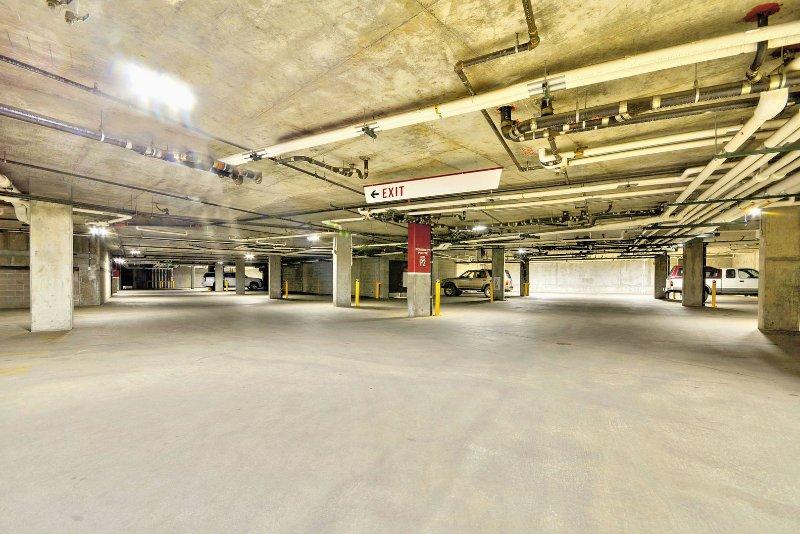Garaje subterráneo con calefacción, estacionamiento gratuito en la temporada de no esquí