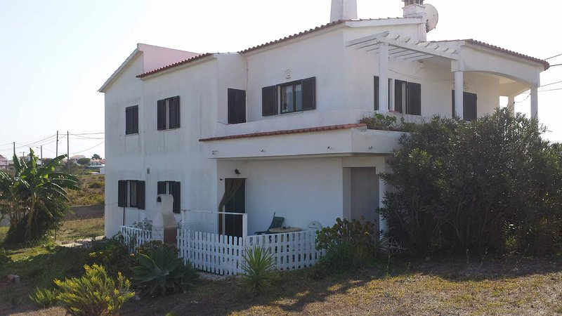 Spacious downstairs apartment close to beaches, vacation rental in Aljezur