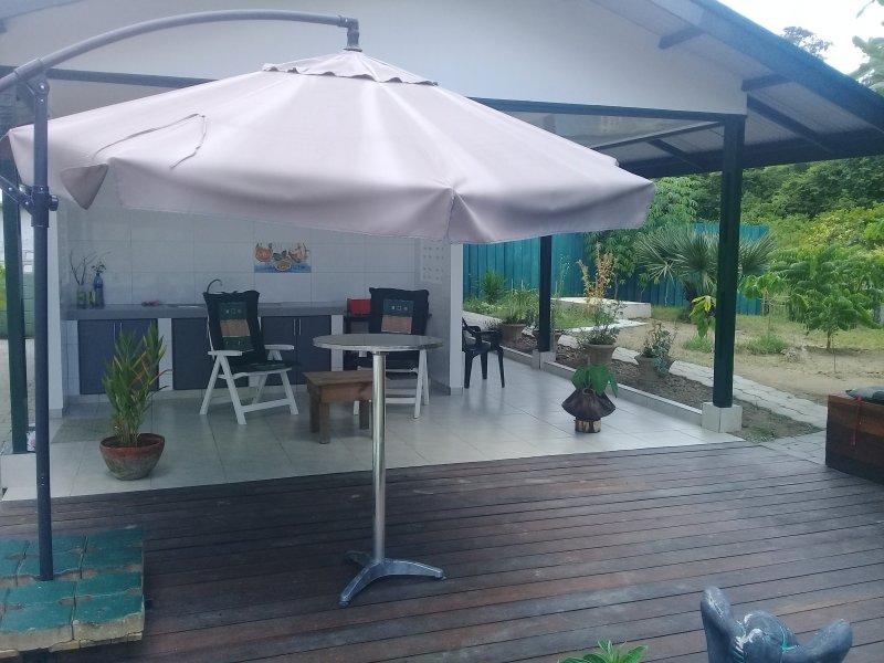 cozinha ao ar livre com terraço.