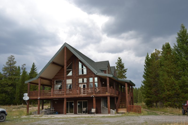 Outland Meadows Lodge perto de Yellowstone Park. 2 acres de prado isolado e pinheiros altos