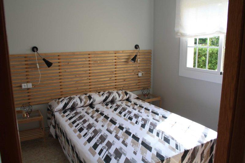 Chambre avec lit double. brillant
