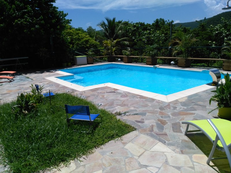 Bel appartement F3 de 63 m2 avec piscine, location de vacances à Le Diamant