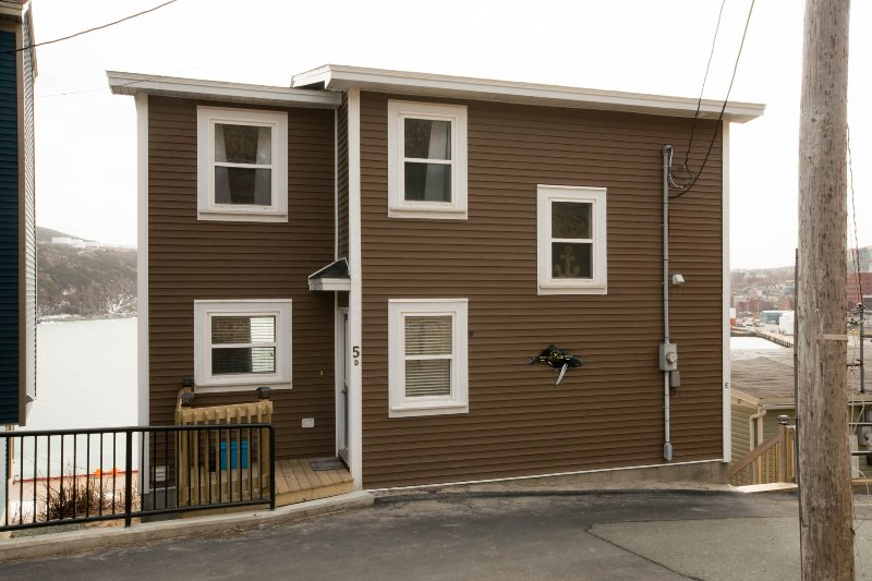 Oceanfront 'Dogberry Cottage'   Views of Ocean, Harbour and City, holiday rental in St. John's