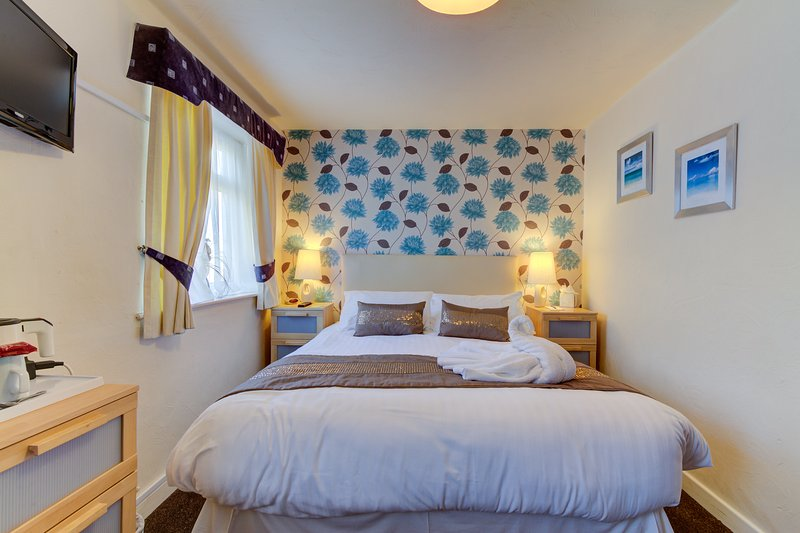 The Strathdon B&B - King-size Family Room, holiday rental in Blackpool