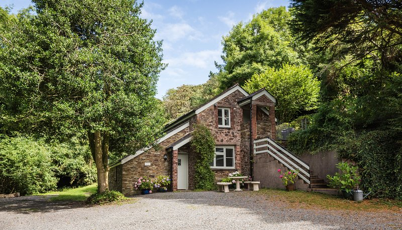 The Coach House at Lower Coombe Royal- nestled in a picturesque valley!, vacation rental in Kingsbridge