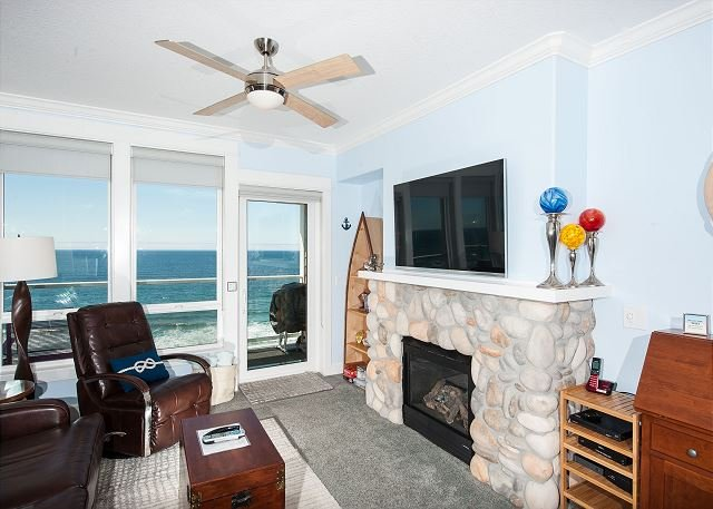 Beach Time - 3rd Floor Oceanfront Condo, Private Hot Tub, Indoor Pool, Wifi!, holiday rental in Lincoln City