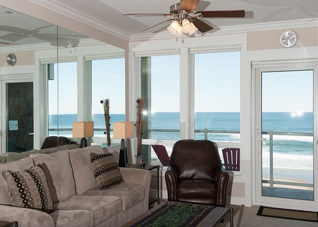 Ocean Whispers - 2nd Floor Oceanfront Condo, Private Hot Tub, Indoor Pool, WiFi!, holiday rental in Lincoln City