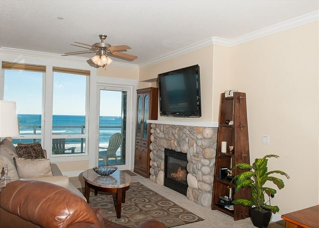 Sea Dreams - 2nd Floor Oceanfront Condo, Private Hot Tub, Indoor Pool, Wifi!, holiday rental in Lincoln City
