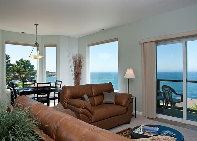 Snuggle Up - Top Floor Oceanview Condo - HDTVs, WiFi & More!, holiday rental in Otter Rock