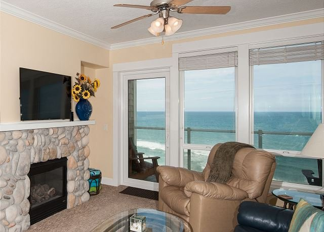 Oceanfront Vista- Top Floor Oceanfront Condo, Private Hot Tub, Indoor Pool, Wifi, holiday rental in Lincoln City
