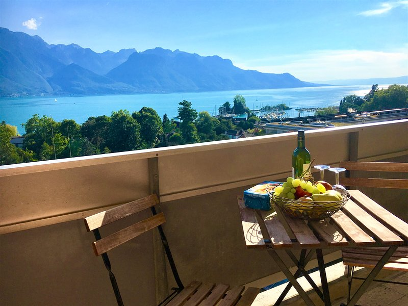 102,Fantastic lake-mountain view, spacious, aria quiet, balcony,  close to shops, holiday rental in Caux