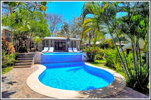 Villa Coco Bolo: Chic! 150 meters to beach,  cascading pool, free wifi!, holiday rental in Tamarindo