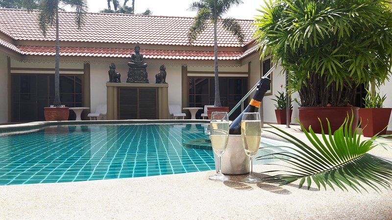 Bang saray luxury 7 bedroom pool villa with breakfast and staff included, casa vacanza a Bang Sare