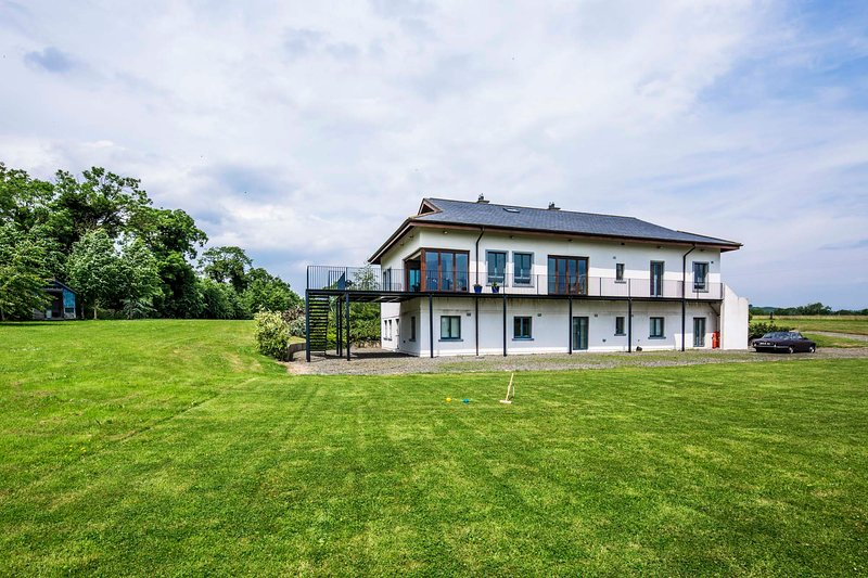 Spacious Luxury Villa - Sleeps 14 - Private grounds, vacation rental in Kells