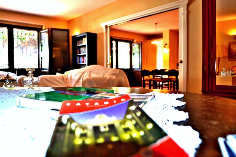 Villa Viagrande, Catania, Sicilia - Panoramica Soggiorno ampio e luminoso & Area Cucina con Vista