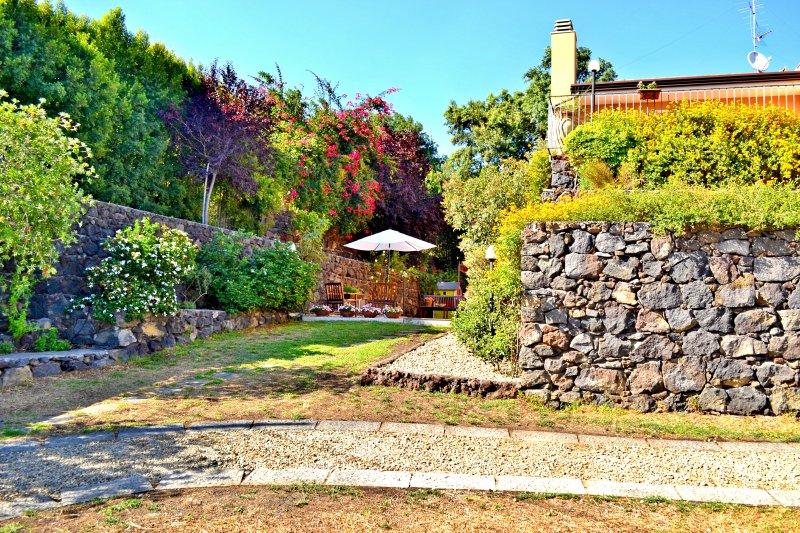 Villa Sicilia, Catania, Viagrande - Vista Ingresso Struttura & Giardino