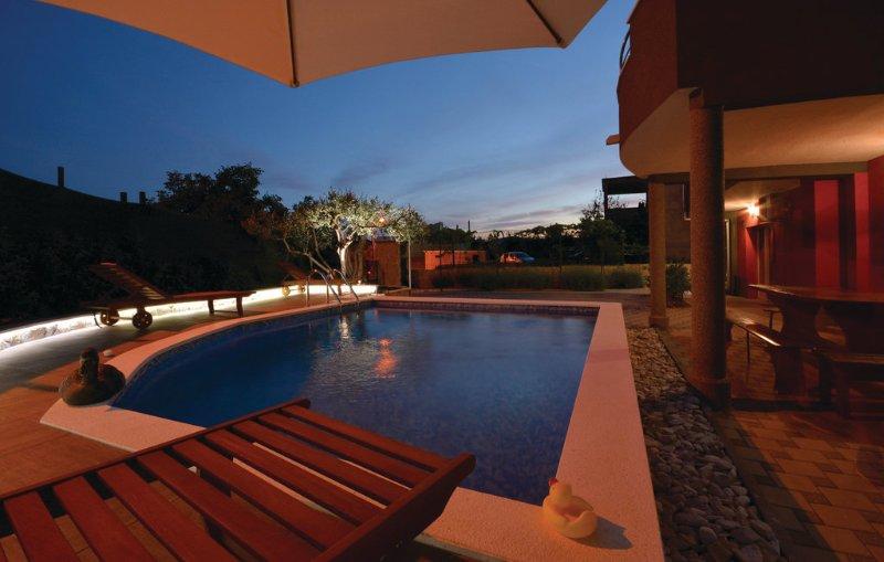 Amazing villa with swimming-pool, vacation rental in Kastel Novi