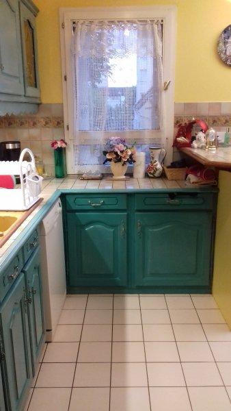 cucina con lavastoviglie, la lavatrice si trova nel corridoio.