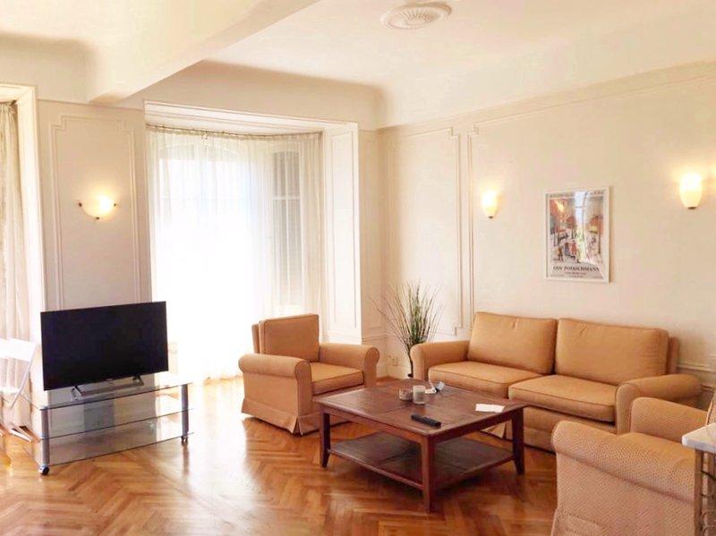 De woonkamer is zeer ruim en vol licht, veel ramen aan de voorkant en de zijkant.