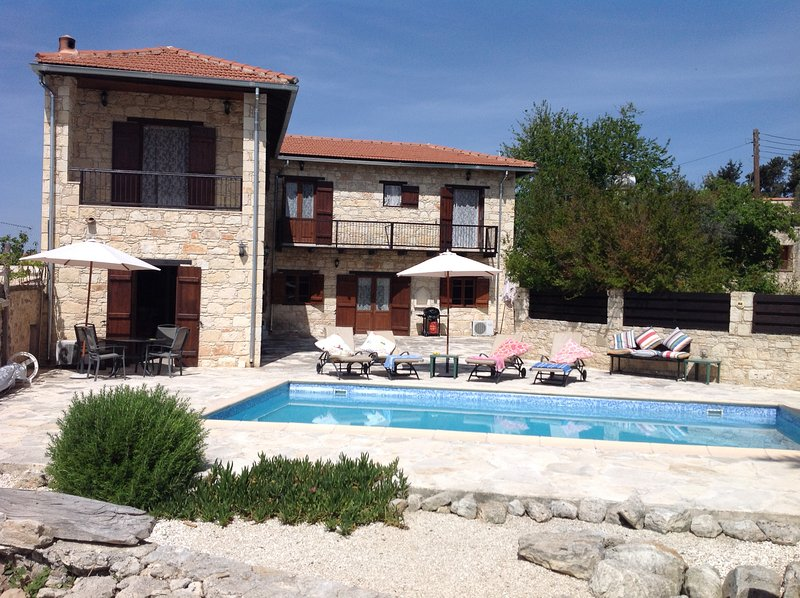 The Hideaway (Krypsonas) Two bedroomed Traditional stone house in Pano Arodes, holiday rental in Pano Arodes
