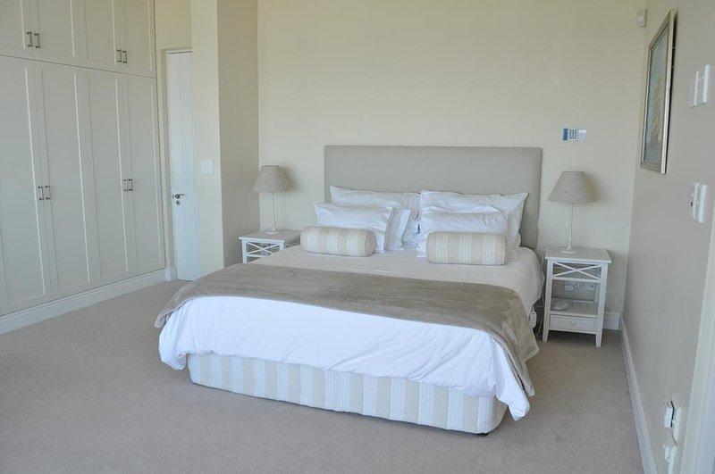 Main bedroom kingsize bed
