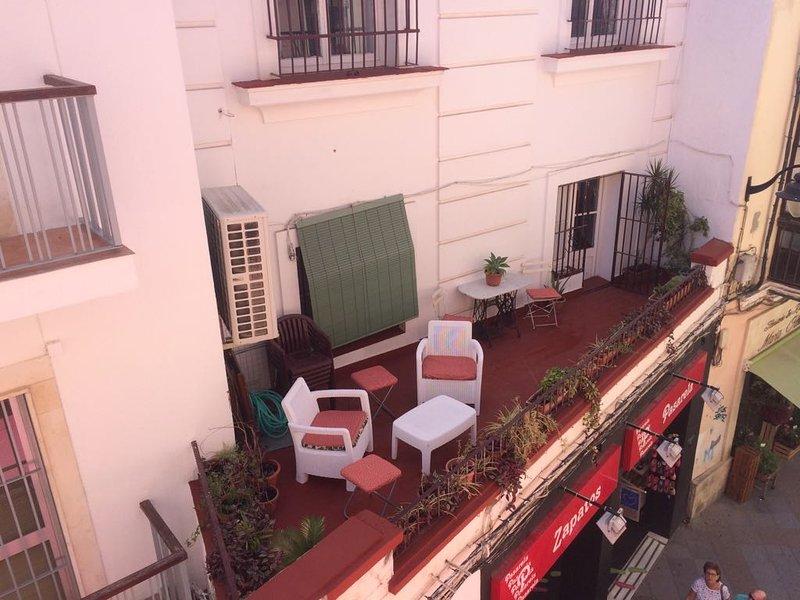 Dans cette magnifique terrasse vous pouvez prendre le petit déjeuner et profiter de l'ambiance de la rue. et le dîner