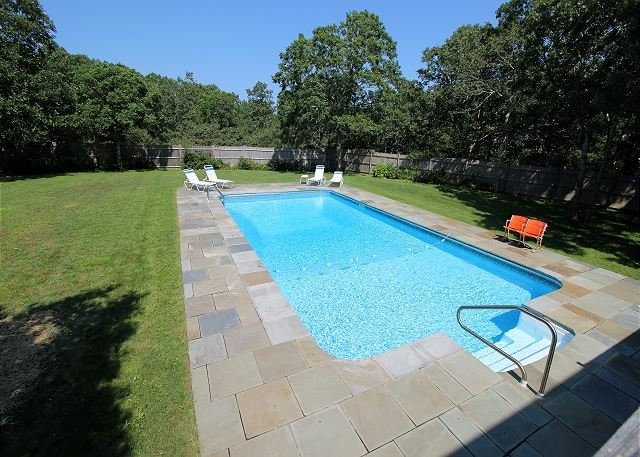 BEAUTIFUL EDGARTOWN COLONIAL WITH POOL, holiday rental in Edgartown