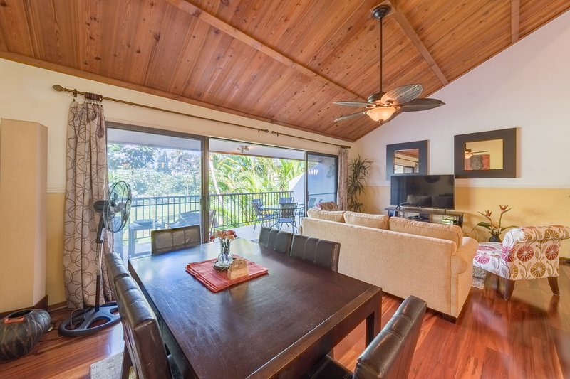 3 Bedroom Deluxe Remodel!! Steps to the Pool, Walk to the Beach!, vacation rental in Maui