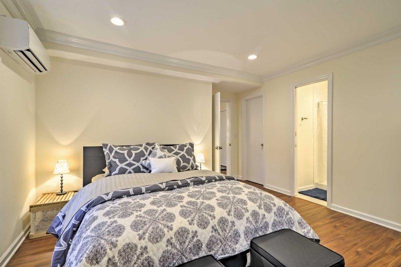 La cama de matrimonio alojar cómodamente 2.