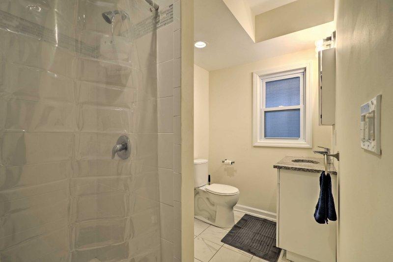 Saborear en el amplio cuarto de baño cabina de ducha.