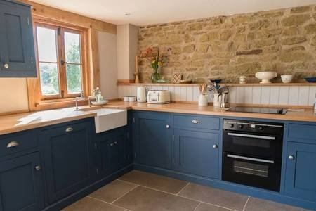 Super Stylish Barn Conversion Sleeps 6 People and Dog on Working Farm, holiday rental in Cradley