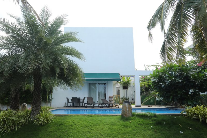 4000 sq ft modern villa. 4 large a/c bedrooms, hall, dining and family room.