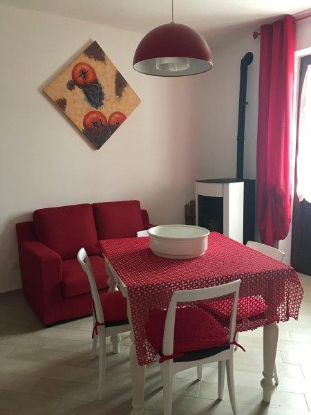 L' appartamentino è riscaldato autonomamente con stufa a pellet e raffreddato con aria condizionata.