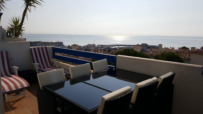 Terrasse, avec vue 140° sur la mer et vue directe sur le Puerto de la Duquesa