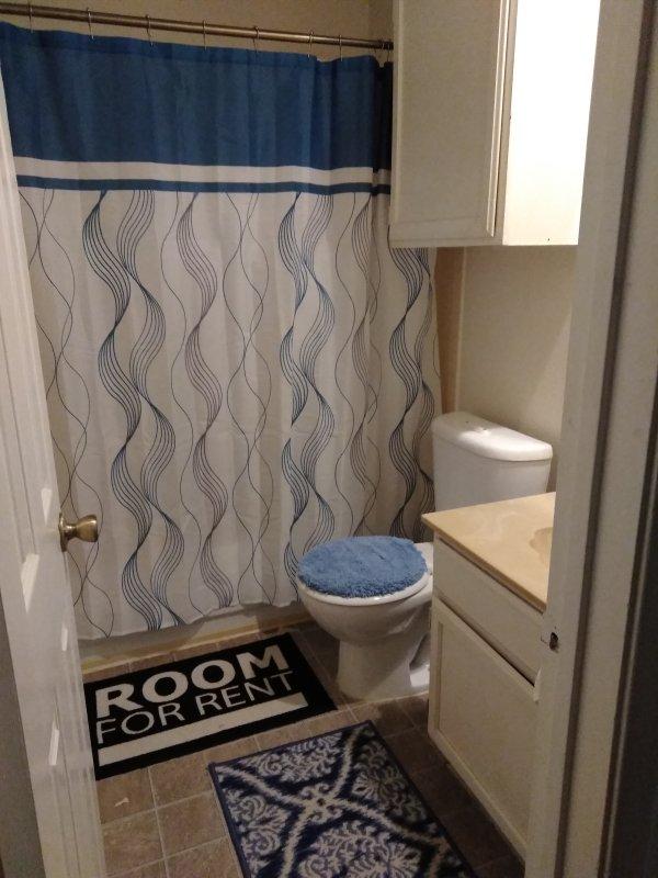Un cuarto de baño completo con un montón de toallas limpias se comparte con otros huéspedes de la casa.