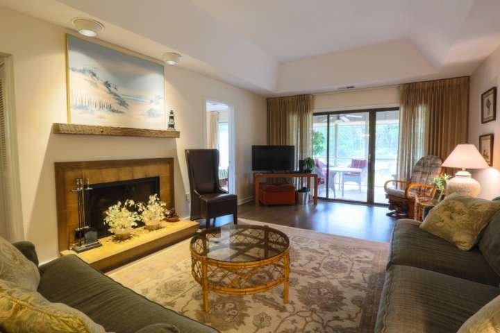 Relajarse y descansar en este cómodo salón con porche con vistas a la entrada!