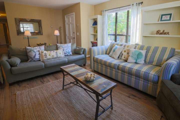 Troverete pavimenti in legno in tutte le principali aree comuni della casa e moquette nelle camere da letto.