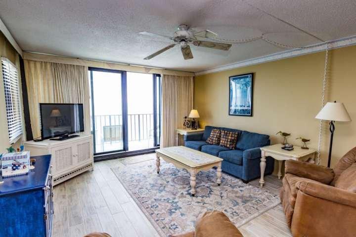 Televisor o de la vista al mar en esta cómoda sala de estar.
