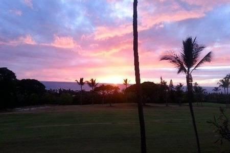 Schöner Golfplatz, das Meer und Blick auf den Sonnenuntergang