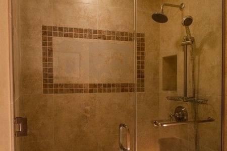 Master-Bad mit regen Kopf begehbare Dusche